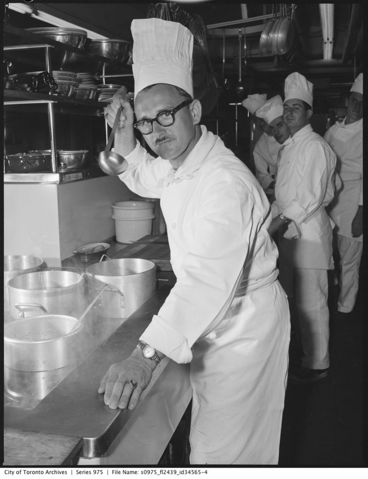 """Küchenchef probiert Sauce.Wenn der Saucier am Werk ist, halten sich die anderen Köche zurück. Foto (c) Gilbert A. Mllne """"Chefs"""", lizenziert unter CC BY 2.0"""