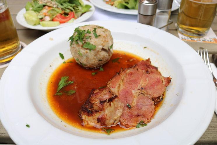 Ein Klassiker der bayrischen Küche - Schweinebraten mit Semmelknödel und natürlich einer braunen Sauce. Foto (c) Regiothek
