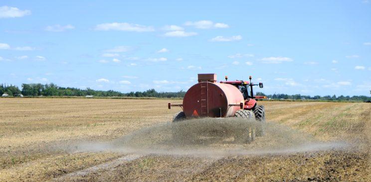 Düngen, nicht vegan, Feld, keine biozyklisch-vegane Landwirtschaft