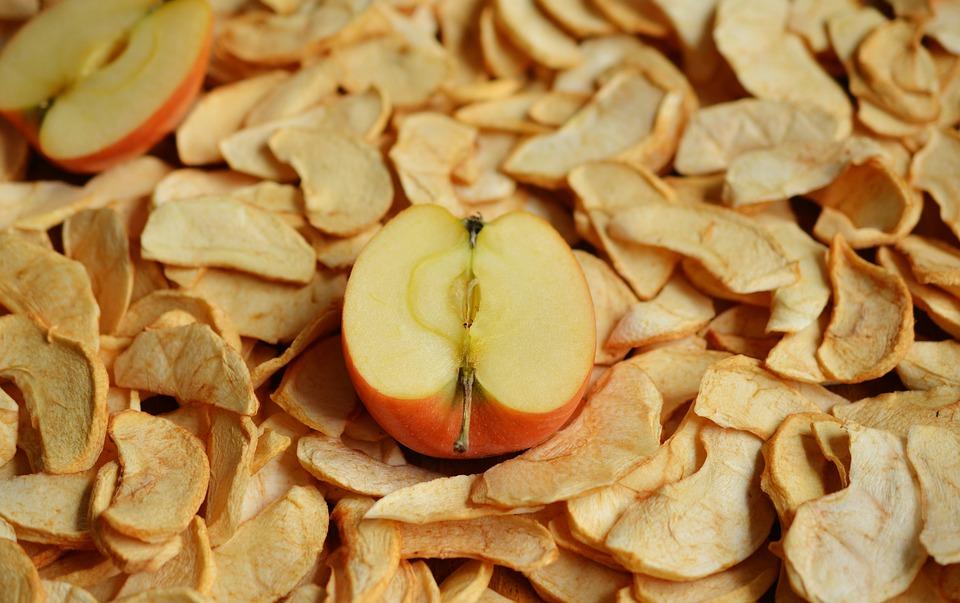 Nach dem Dörren schmecken die vorher saftigen Äpfel wie Apfelchips.