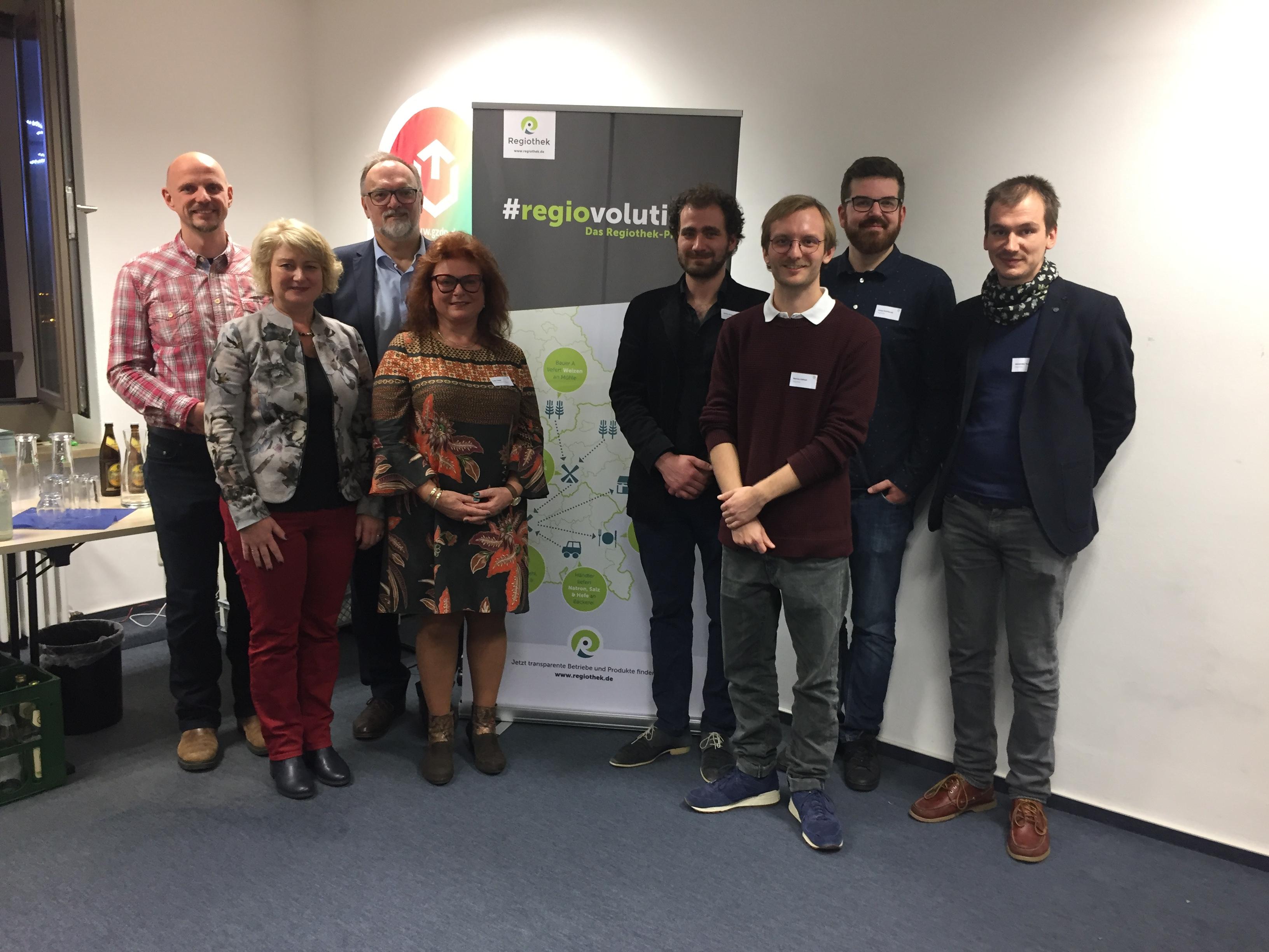 Ehrengäste aus Wissenschaft und Politik mit dem Gründerteam der Regiothek.