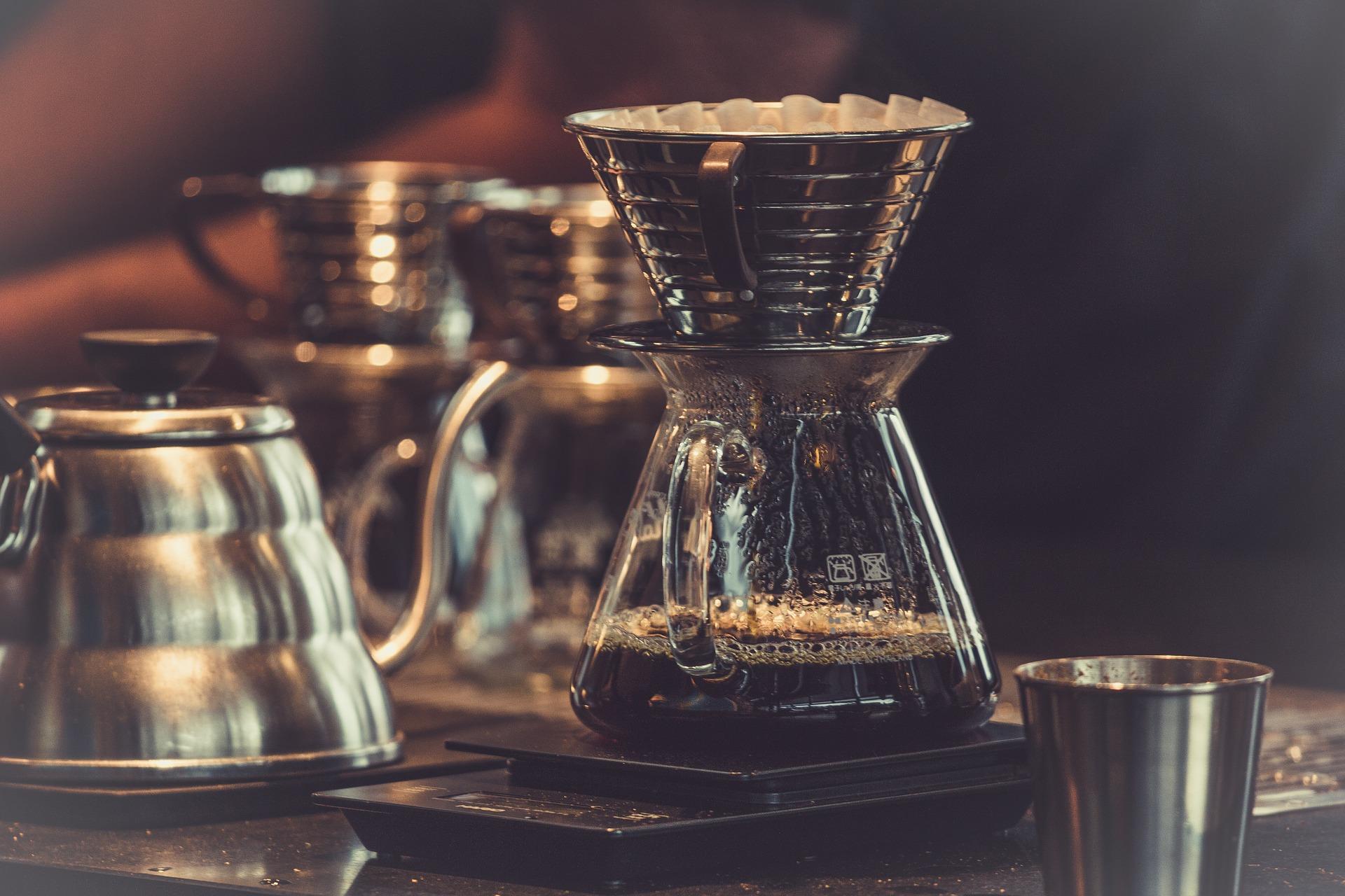 Kaffee in der Herstellung: Speziell aufbereiteter Filterkaffee in einer Glaskanne.